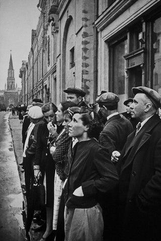 Москвичи слушают выступление о начале войны